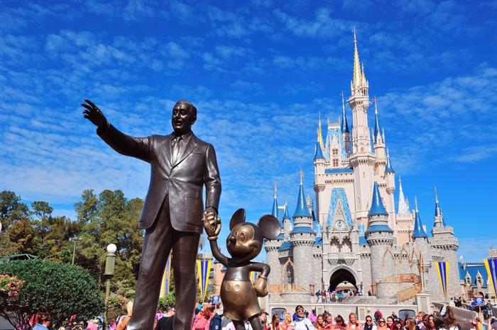 Estatua de Walt Disney con el famoso castillo al fondo. Orlando