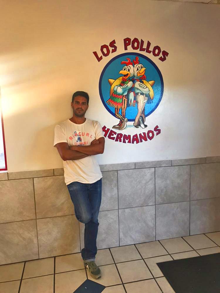 Posando con el logo de los Pollos Hermanos en el restaurante de Albuquerque